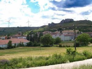 Vista de Montorio, bajo el macizo rocoso que preside el entramado urbano.
