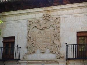 Escudo que preside la fachada del palacio de los.