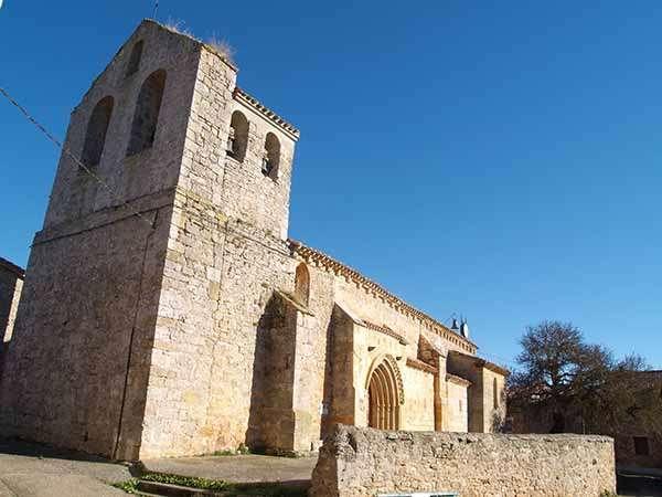 Iglesia de San Martín Obispo, con la espadaña y el campanario en primer plano.
