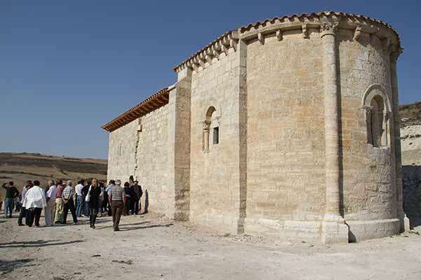 Ermita de San Pelayo, con su ábside románico en primer término.