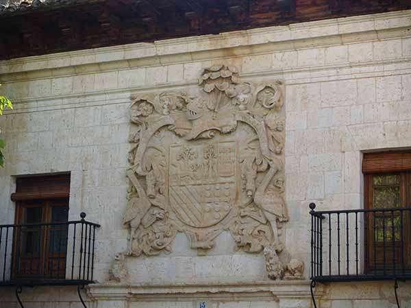 Escudo que preside la fachada del palacio barroco de los Fernández-Zorrilla.