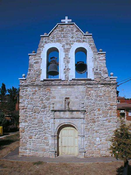 Espadaña piramidal truncada de la iglesia de Santa Eulalia.