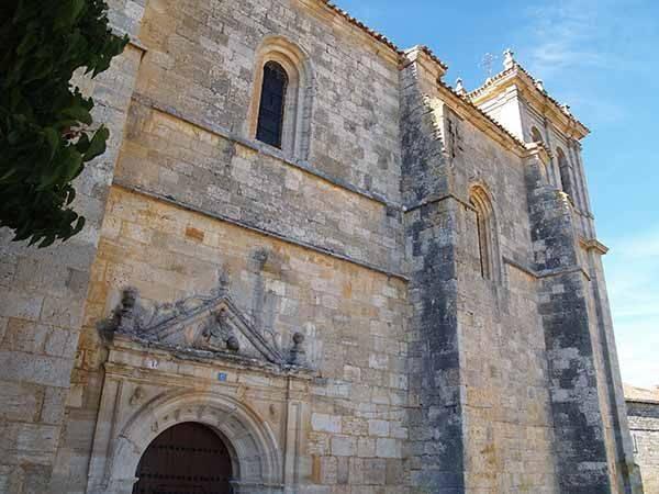 Imagen parcial de la iglesia de Ros, con la portada rematada por un frontón triangular.
