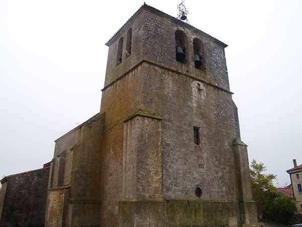 Iglesia de San Esteban Protomártir, con su torre campanario rematada en chapitel.