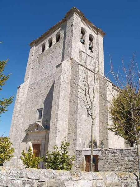 Iglesia de San Juan Bautista, con la torre rectangular en primer término.