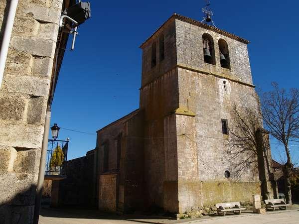 Exterior de la iglesia de San Lorenzo, con la torre en primer término.