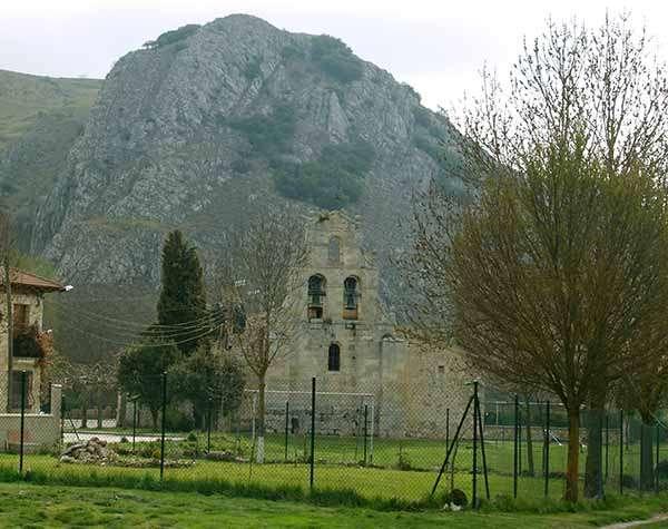 Vista frontal de la iglesia de San Martín, en la que destaca la espadaña.