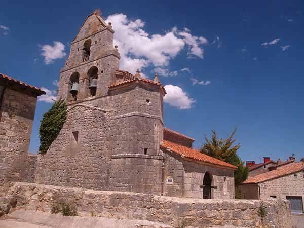 Iglesia de San Pablo, con torre de tipo espadaña.