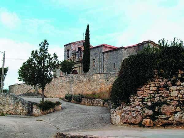 La iglesia de San Pedro Apóstol preside desde lo alto el caserío de la localidad.