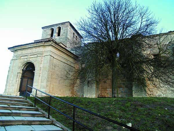 Iglesia de San Saturnino, con antepórtico renacentista.
