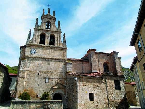 La iglesia de Santa María Magdalena es de estilo gótico, con elementos barrocos y neoclásicos.