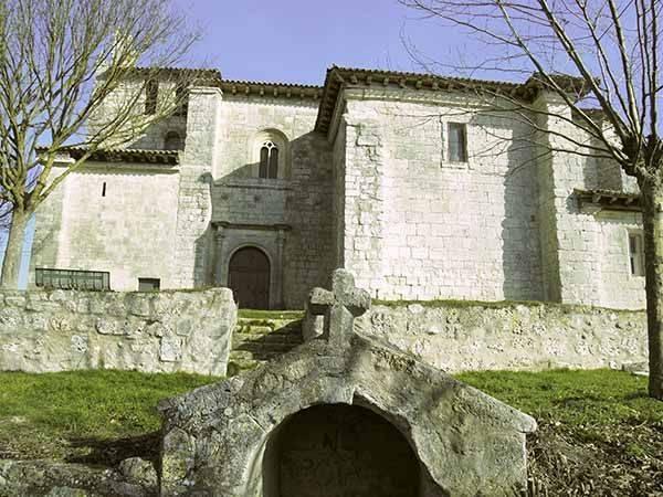 Iglesia de Santa María y fuente románica.