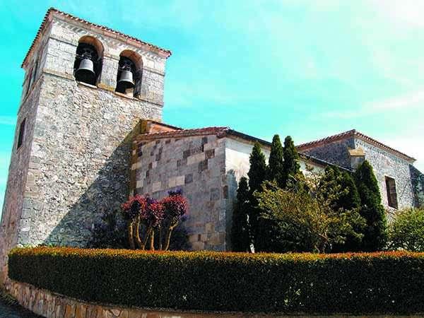 La iglesia de Santiago Apóstol -de origen románico-, vista desde un lateral.