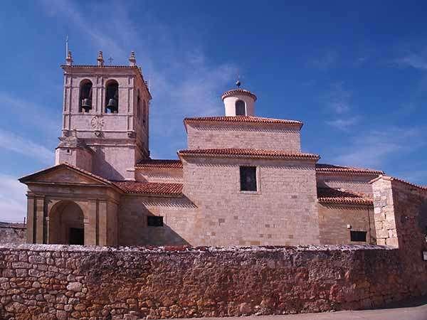 Iglesia neoclásica de San Juan Bautista, tras el atrio que la protege.