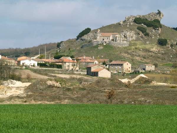 Panorámica de la localidad, con la iglesia en lo alto del castro.