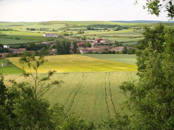 Panorámica de la localidad, dentro del valle formado por el arroyo Hurones.