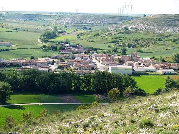 Panorámica de Pedrosa desde lo alto y vista parcial del Valle del Úrbel.