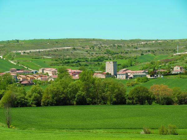 Vista panorámica del pueblo, situado dentro del Valle del Úrbel.