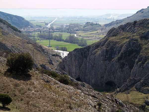 Para baja del Desfiladero de Rucios, con las cuevas de San Martín a la derecha.