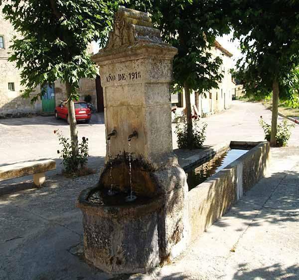 Detalle de la plaza, con la fuente en primer término.