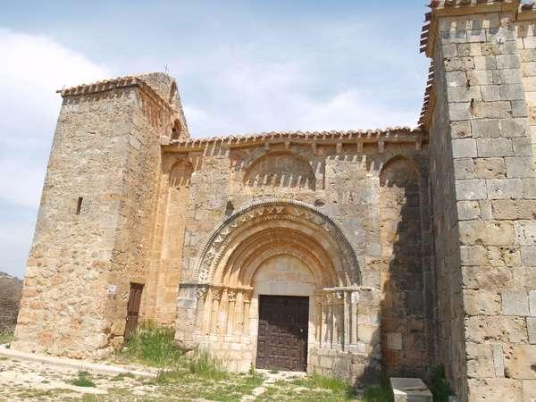 Elegante portada y espadaña de la iglesia románica de Santa Leocadia.