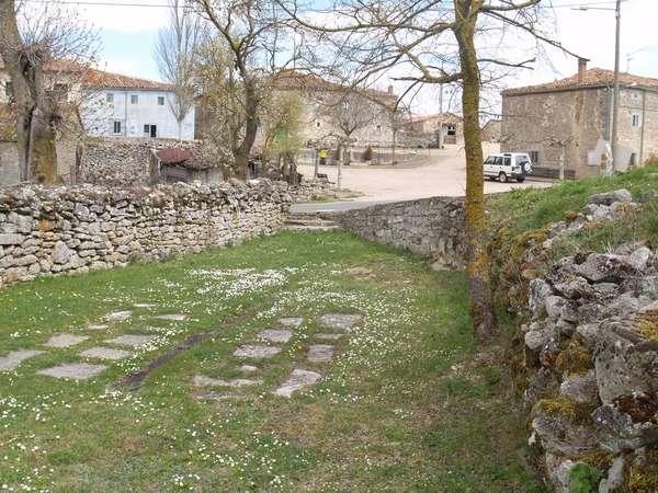 Restos de la antigua bolera, con losas de piedra.